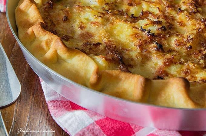 torta salata con porri patate e prosciutto
